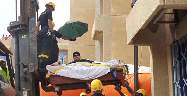 Khaled Mohsen Shairi foi retirado com uma empilhadeira para poder ser hospitalizado